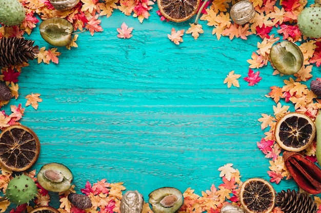 Cadre automne fond avec des feuilles et des aliments biologiques Photo gratuit