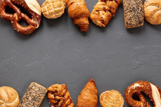 Cadre bagels et croissants avec espace de copie Photo gratuit