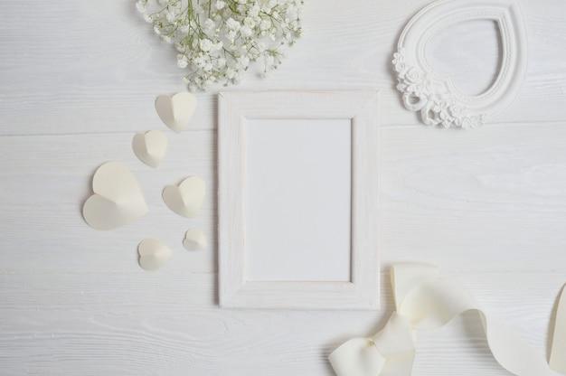 Cadre blanc avec décor de valentine Photo Premium