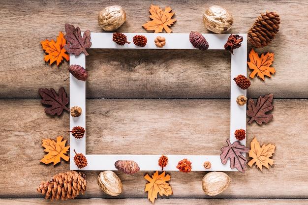 Cadre blanc avec des éléments d'automne Photo gratuit