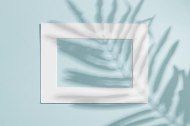 Cadre blanc horizontal avec ombre de feuille Photo gratuit