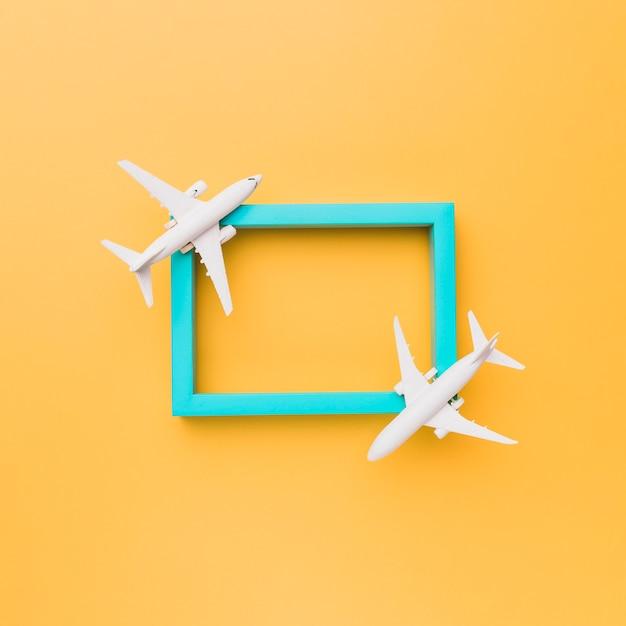Cadre bleu vide avec de petits avions Photo gratuit