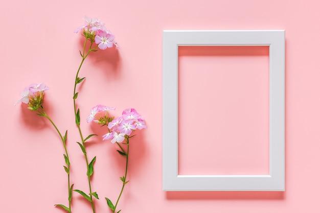 Cadre en bois blanc et fleurs Photo Premium