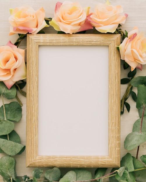 Cadre en bois, fleurs et feuilles Photo gratuit