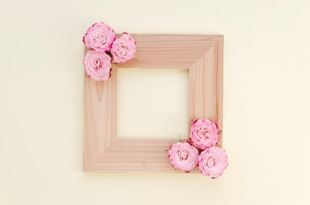 Cadre En Bois Vide Avec Roses Photo gratuit