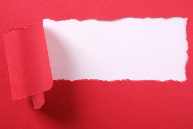 Cadre de bord déchiré par une bande de papier rouge déchirée Photo gratuit