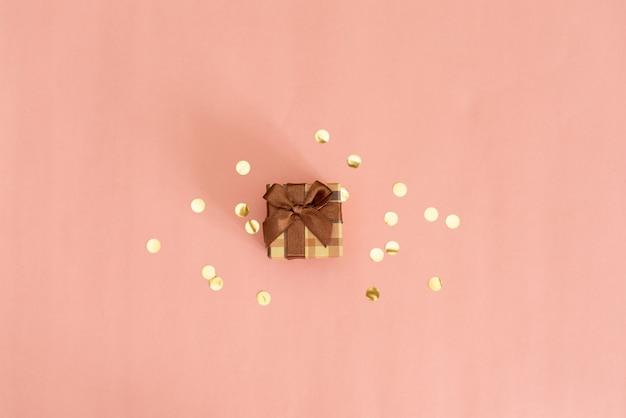 Cadre avec boule de noël, cadeau, ruban, cosmétique et décorations de couleur rose pastel Photo Premium