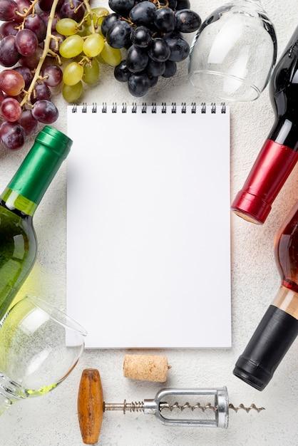 Cadre De Bouteilles De Vin Avec Ordinateur Portable Photo gratuit