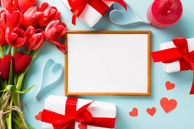 Cadre et cadeaux de la saint-valentin Photo gratuit