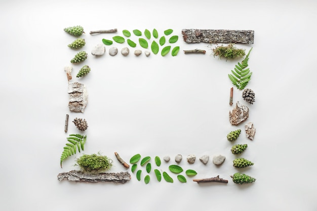 Cadre carré, disposition naturelle des feuilles, des pierres et du bois Photo Premium