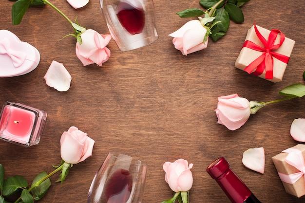 Cadre circulaire vue de dessus avec des roses et des cadeaux Photo gratuit