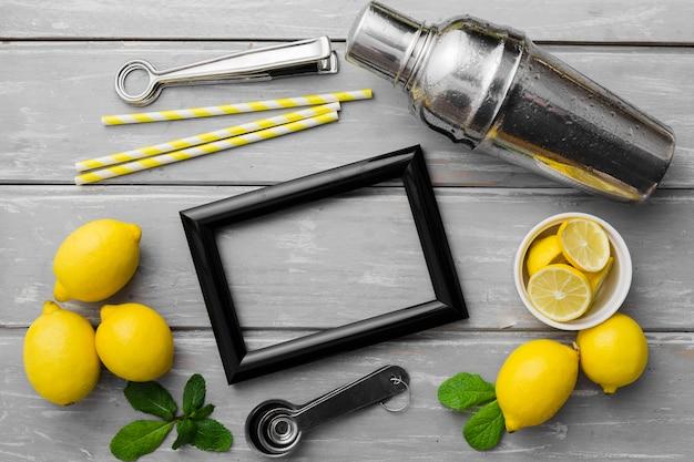 Cadre avec citrons et shakes Photo gratuit
