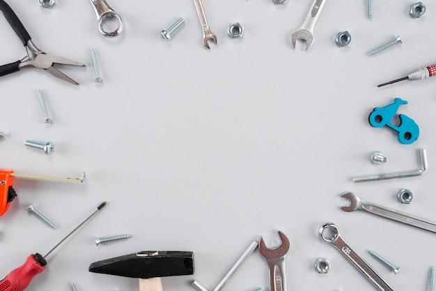Cadre Composé De Différents Outils Sur La Table Photo gratuit