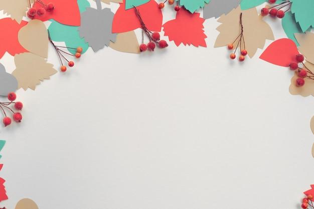 Cadre De Composition Automne Papier Couleur Feuilles Branches Baies Photo Premium