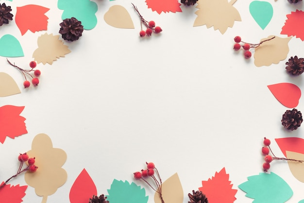 Cadre De Composition Automne Papier Couleur Feuilles Cônes Branches Baies Photo Premium