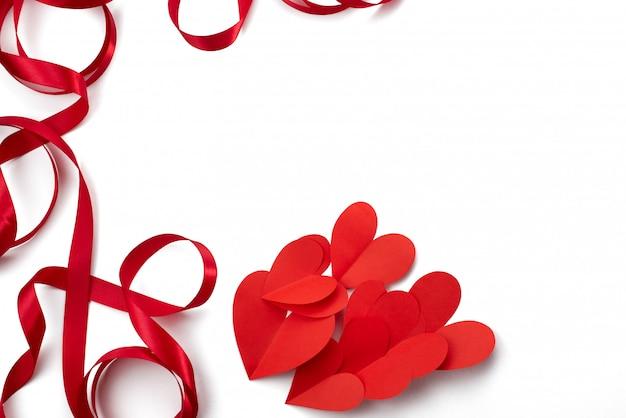 Cadre de concept de fond blanc coeur ruban satin rouge de la saint-valentin Photo Premium