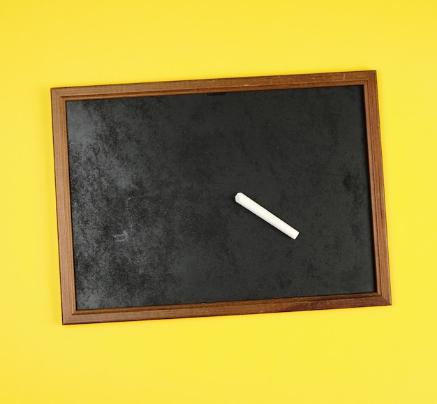 Cadre de craie noire et morceau de craie blanche Photo Premium