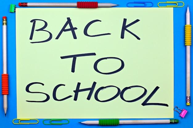 Cadre avec des crayons sur un retour à l'arrière-plan de l'école Photo Premium