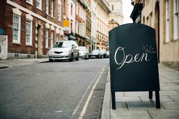 Cadre debout d'un signe ouvert pour les entreprises Photo gratuit