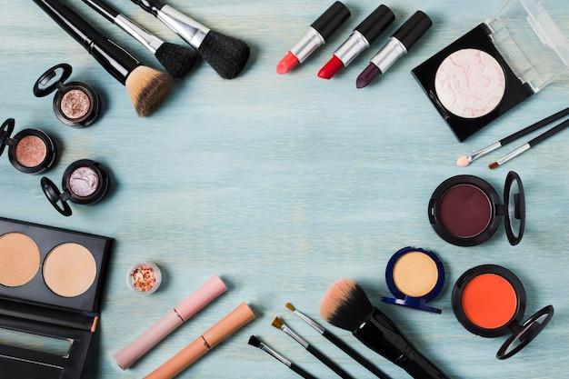 Cadre de divers produits cosmétiques décoratifs et accessoires Photo gratuit