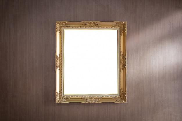 Cadre doré sur mur de bois foncé Photo Premium