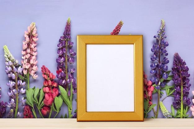 Cadre doré vide pour photo sur fond de fleurs. Photo Premium