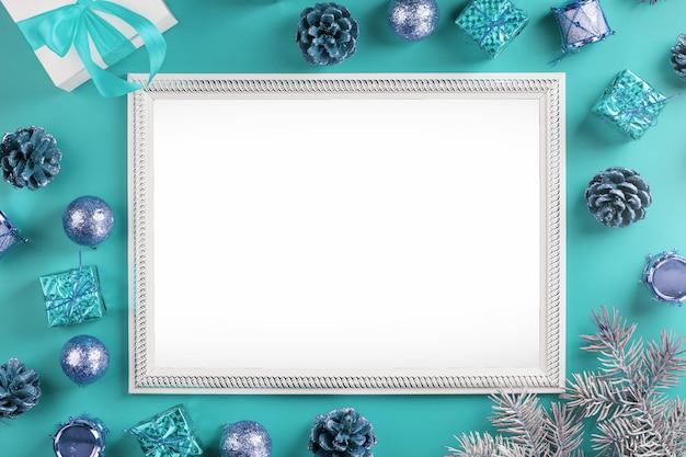Cadre Avec Un Espace Blanc Vide Avec Des Décorations De Noël Et Des Cadeaux Sur Fond Bleu. Carte Postale Joyeux Noël Et Bonne Année Avec Espace Libre Pour Les Textes De Voeux. Photo Premium