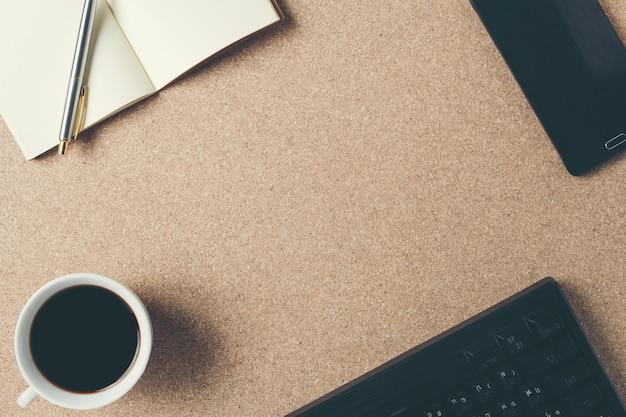 Cadre d'espace d'équipement de bureau placé sur un plancher de contreplaqué marron. Photo gratuit