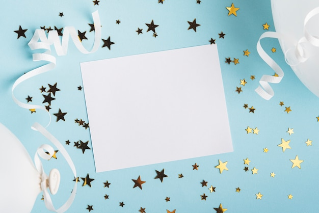 Cadre avec étoiles de confettis et ballons sur fond bleu Photo gratuit