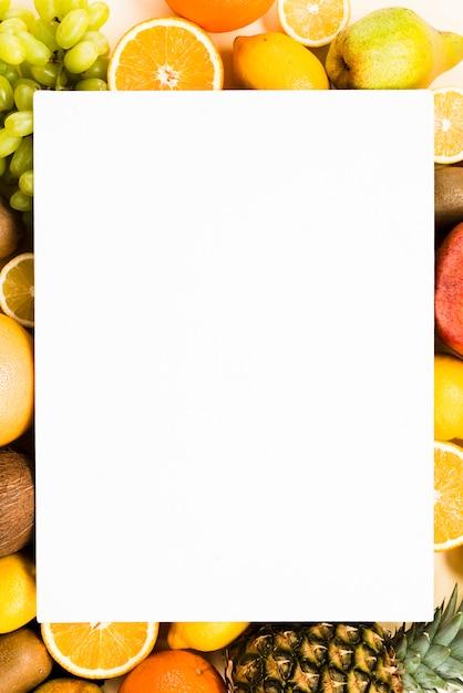 Cadre exotique de tranches de fruits exotiques autour de papier vierge Photo gratuit