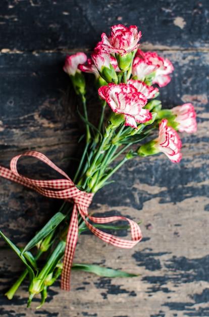 Cadre festif avec fleurs d'oeillets Photo Premium