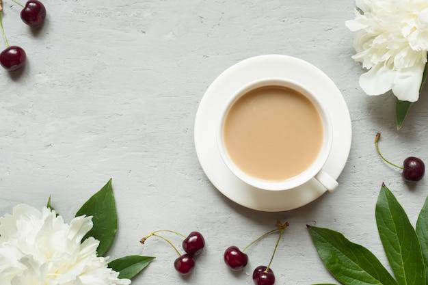 Cadre flan gâteaux fleurs de cerisier pivoine bloc-notes thé tasse. Photo Premium
