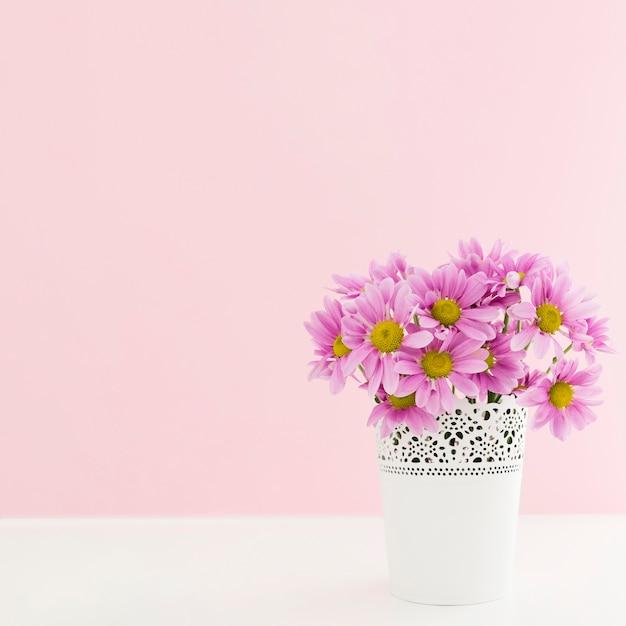 Cadre Avec Fleurs Dans Un Vase Et Copie-espace Photo gratuit