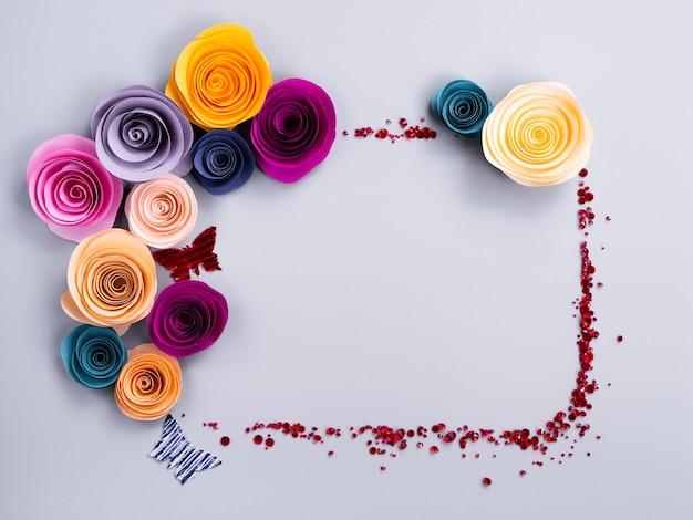 Cadre de fleurs en papier avec des papillons Photo gratuit