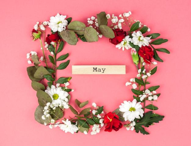 Cadre floral coloré avec texte peut sur fond coloré Photo gratuit