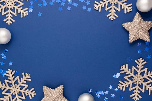 Cadre De Fond De Noël Abstrait Bleu Avec Des Flocons De Neige Argentés, Des Boules Et Des Confettis Décoration D'hiver, Bleu Maquette Avec Un Espace Pour Le Texte. Photo Premium