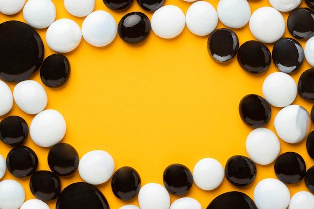 Cadre De Galets Blancs Et Noirs à Plat Photo gratuit