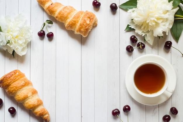 Cadre, gâteaux, fleurs cerise, pivoine, tasse, thé Photo Premium