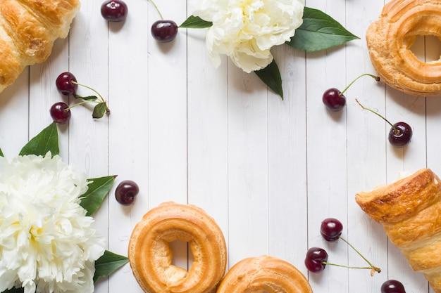 Cadre de gâteaux de fleurs de pivoine cerise. espace de copie Photo Premium