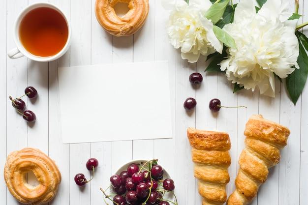 Cadre de gâteaux de fleurs de pivoine cerise. Photo Premium