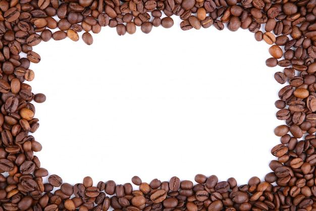 Cadre De Grains De Café Isolé Sur Un Blanc Photo Premium