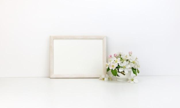 Cadre horizontal floral à fleurs blanches Photo Premium