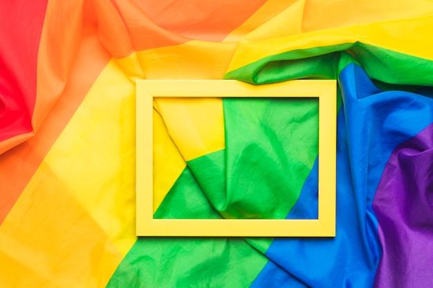 Cadre jaune sur drapeau lgbt froissé Photo gratuit
