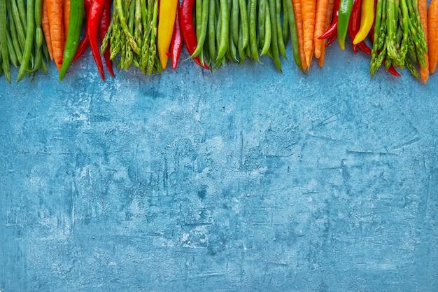 Cadre de légumes colorés sur fond bleu clair. Photo Premium