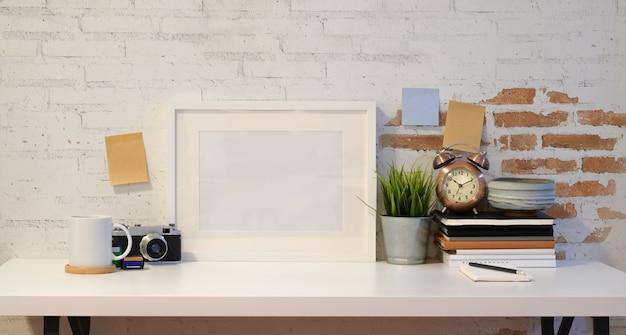 Cadre maquette avec appareil photo vintage Photo Premium