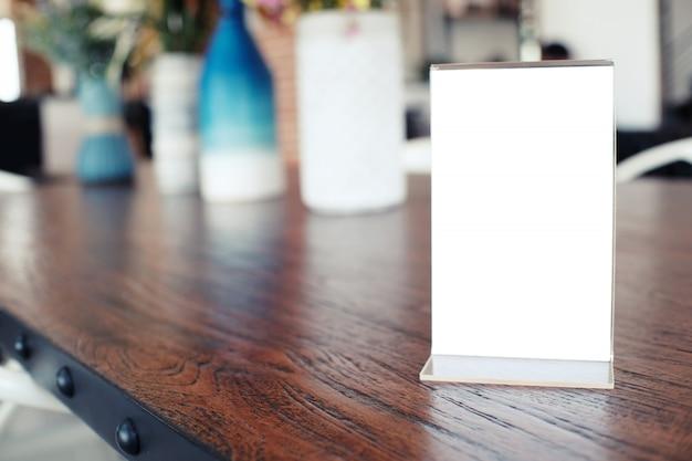 Cadre de menu debout sur une table en bois dans le café du restaurant bar. espace pour les promoteurs de marketing de texte Photo Premium