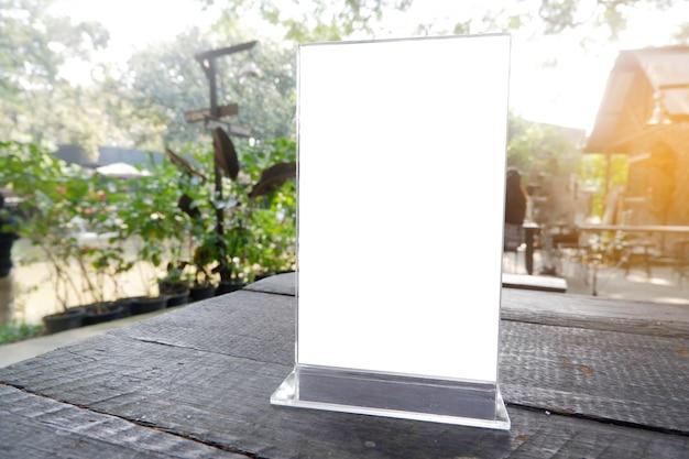 Cadre de menu debout sur une table en bois dans le café-restaurant bar Photo Premium