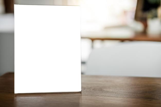 Cadre de menu vide sur la table dans un café stand pour texte d'affichage Photo Premium