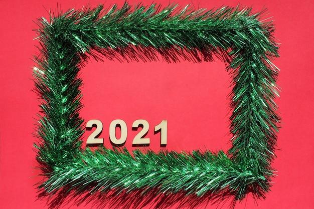 Cadre De Noël En Guirlandes Vertes Sur Rouge Photo Premium
