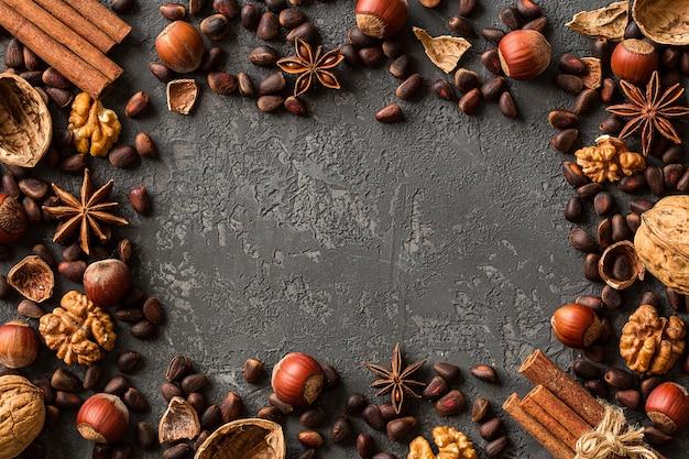 Cadre de noix assorties sur du béton foncé Photo Premium